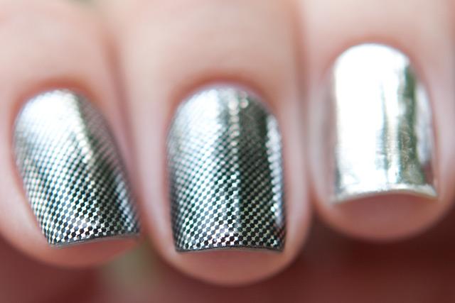 Особенностью маникюра МИНКС является технология нанесения покрытия на ногти